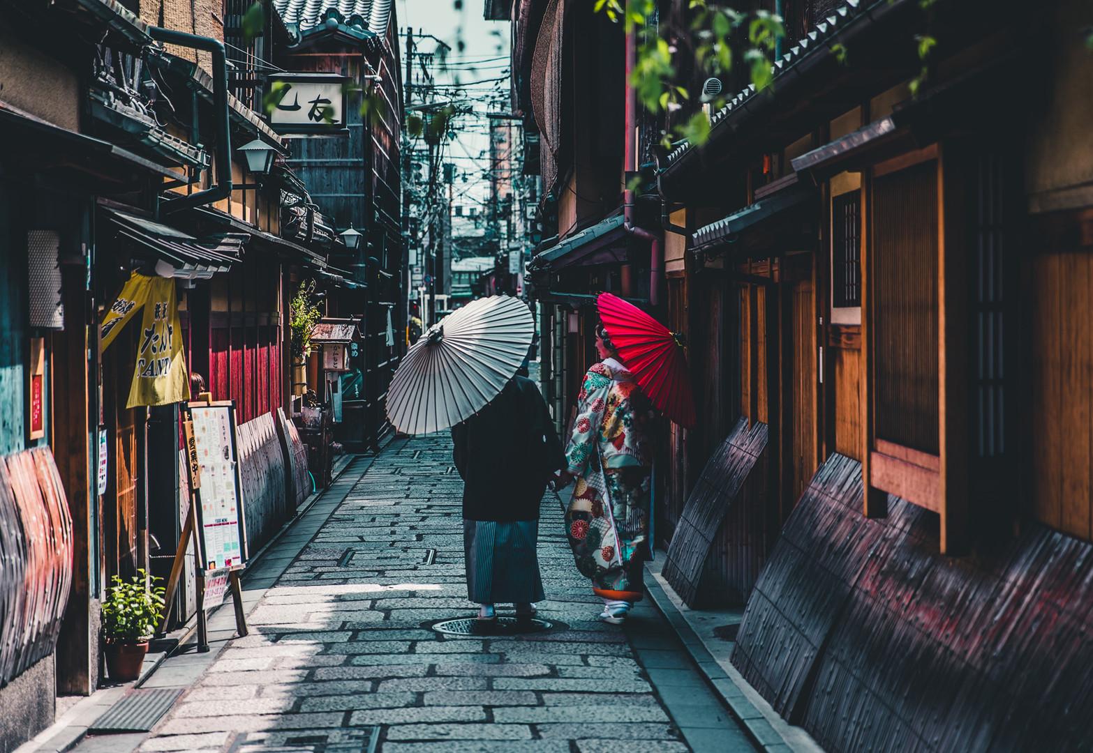 Donne con ombrelloni