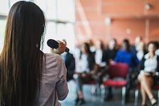 Vrouwelijke presentator