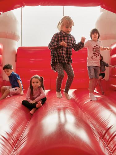 Niños en el castillo hinchable