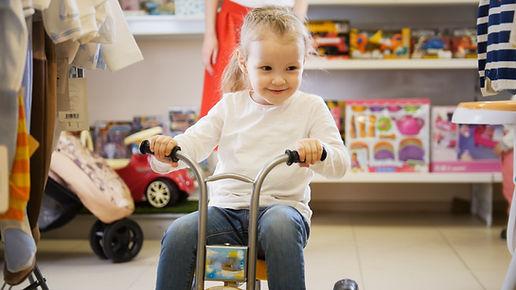 Chica en un triciclo
