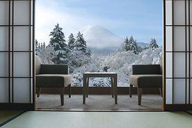雪山を臨む冬のリゾート