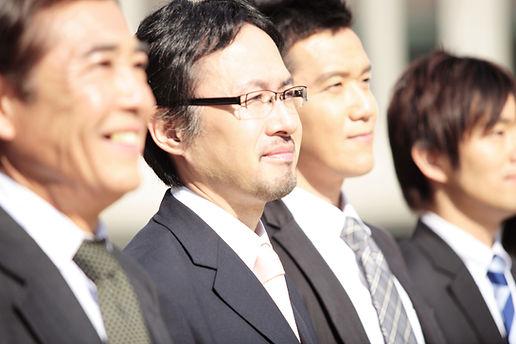 スーツで微笑む男性たち
