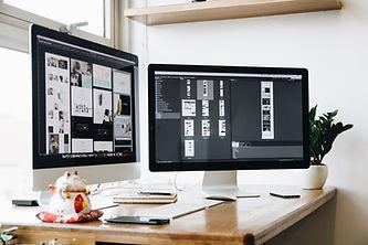 デスクのコンピューター画面