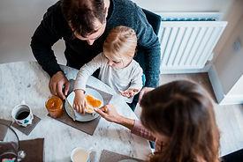 朝食を準備する家族