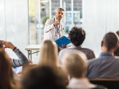 Doktor, der auf Seminar unterrichtet