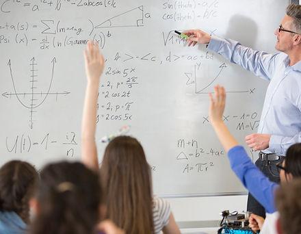 Teahcer en una clase de matemáticas