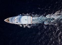 Eine Yacht auf See