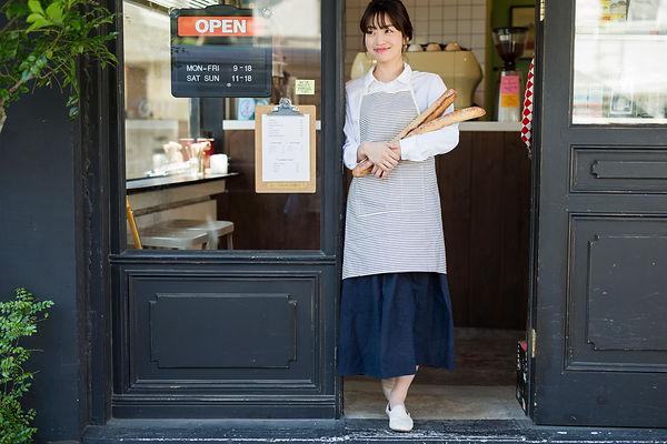 パン屋さんの女性店員