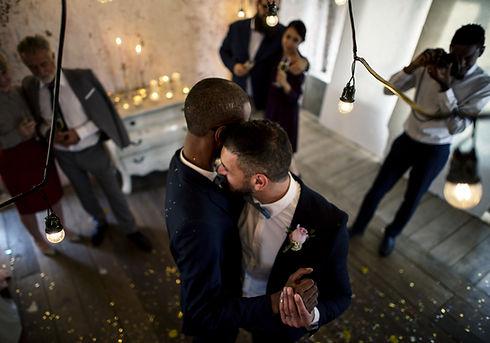 Casal gay recém-casado