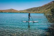 SUP dans les eaux bleues