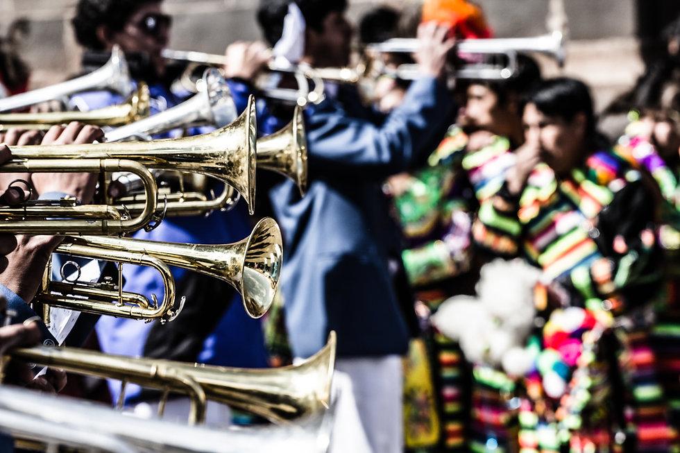 Trompetes em uma festa de rua