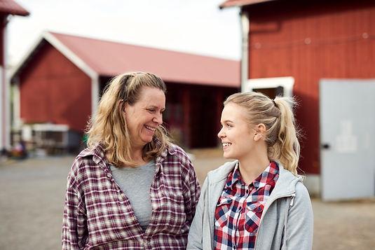 Mère et fille dans ferme