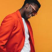 Homme en costume orange