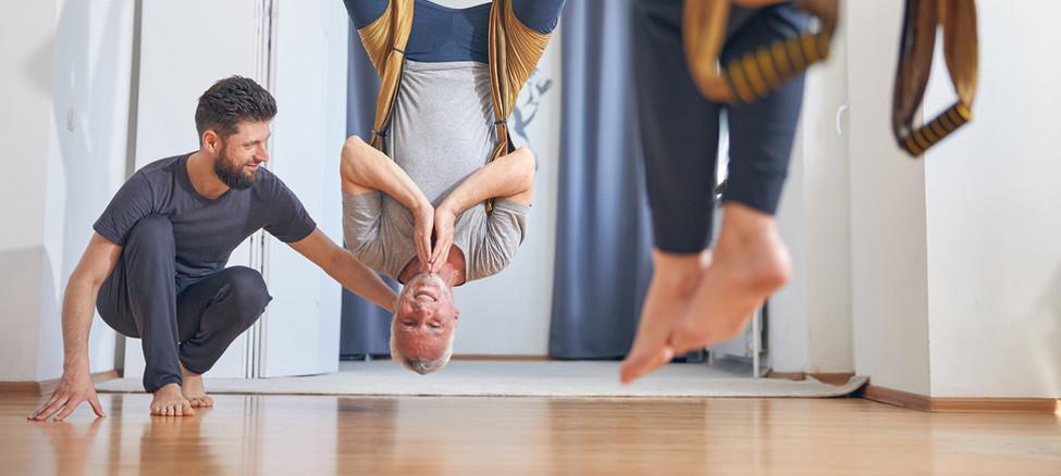 Clase de yoga aéreo para parejas