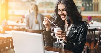 Mulher em um Café