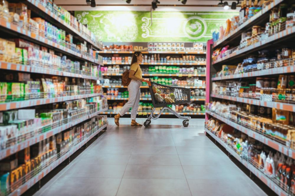 gefüllte Supermarktregale
