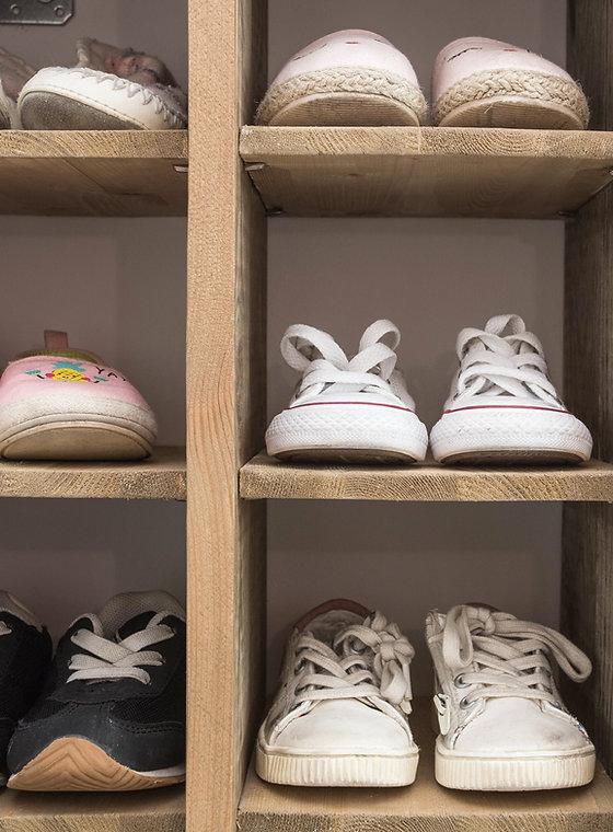 Chaussures enfants dans le placard