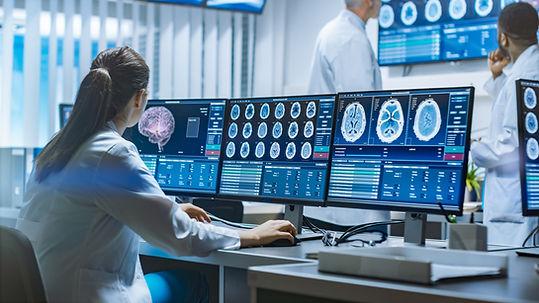 Médecins analysant des radios de cerveau