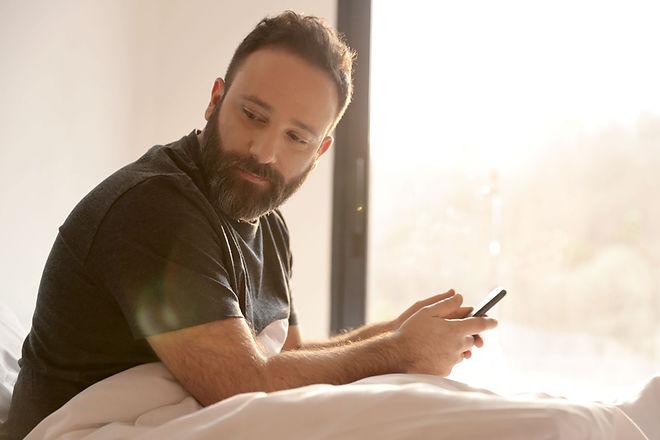 Mann med mobiltelefon