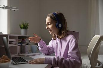 Teenager auf Laptop