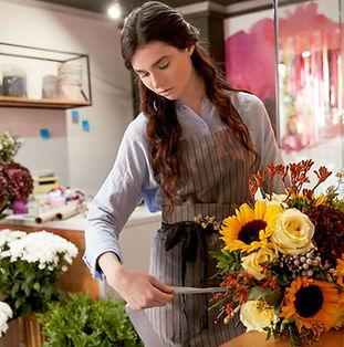 Fleuriste au magasin de fleurs