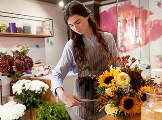 Florista na loja de flores