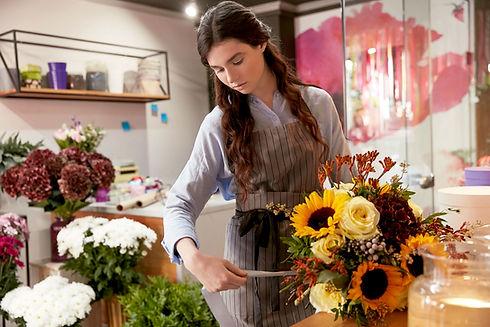 Florist im Blumenladen