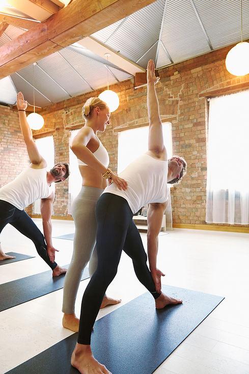 Dreieck-Trikonasana-Yoga-Adjustment