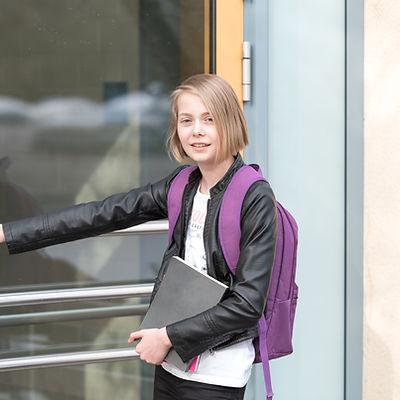 Mädchen am Schuleingang