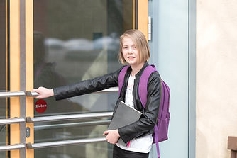 Mädchen vor Schule