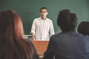 講義をする教師