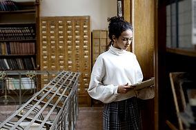 Femme dans la bibliothèque