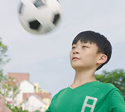 サッカーをする少年
