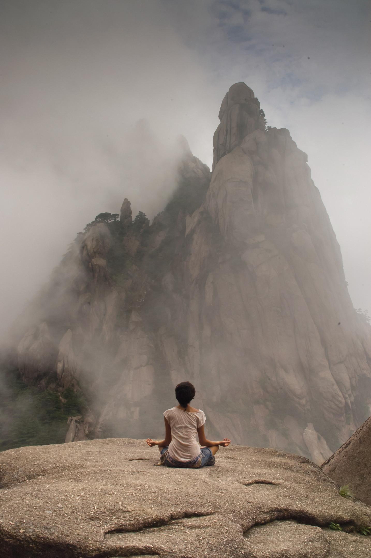Meditando nas montanhas