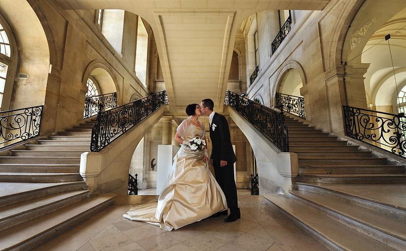 des mariés qui s'embrasse sur un parvis de mairie