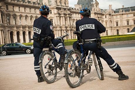 Policiers devant le Louvre