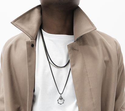 Homme portant un collier