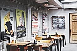 Posters in restaurantmuur