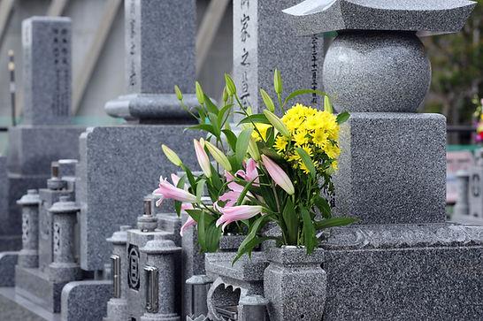 Květiny na náhrobku