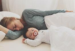 Mutter und Baby schlafen