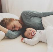 Madre y bebe durmiendo