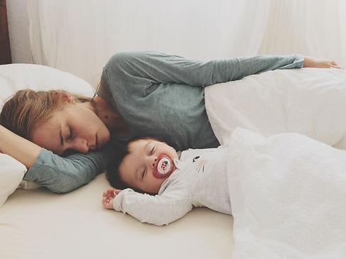 Mãe e bebê dormindo