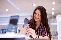 Mulher com novo celular