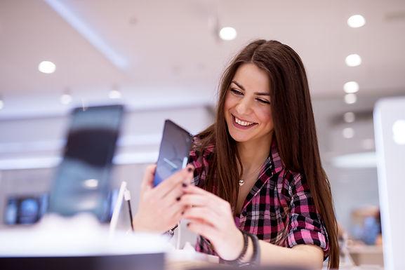 Femme avec nouveau téléphone portable