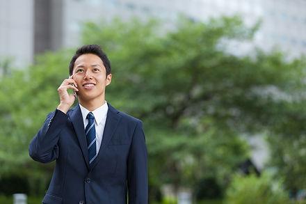 スマホで話すビジネスマン