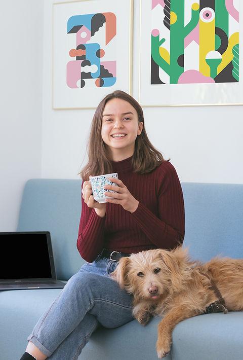 彼女の犬を持つ少女