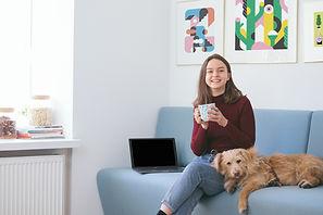 Flicka med sin hund