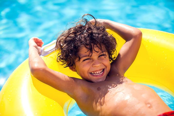 Niño feliz flotador