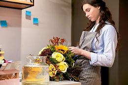 Florista Organizando Bouquet
