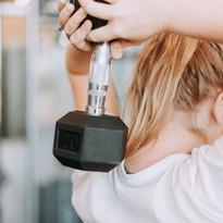 Kurzhanteltraining, auch für Frauen. Und keine Angst, nach 10 Trainingseinheiten bekommt man noch keine Bodybuilder-Muskeln ;-)